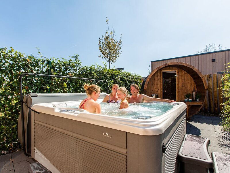 Freestanding modern superior holiday home for 8 persons with sauna, shower and j, casa vacanza a Lunteren