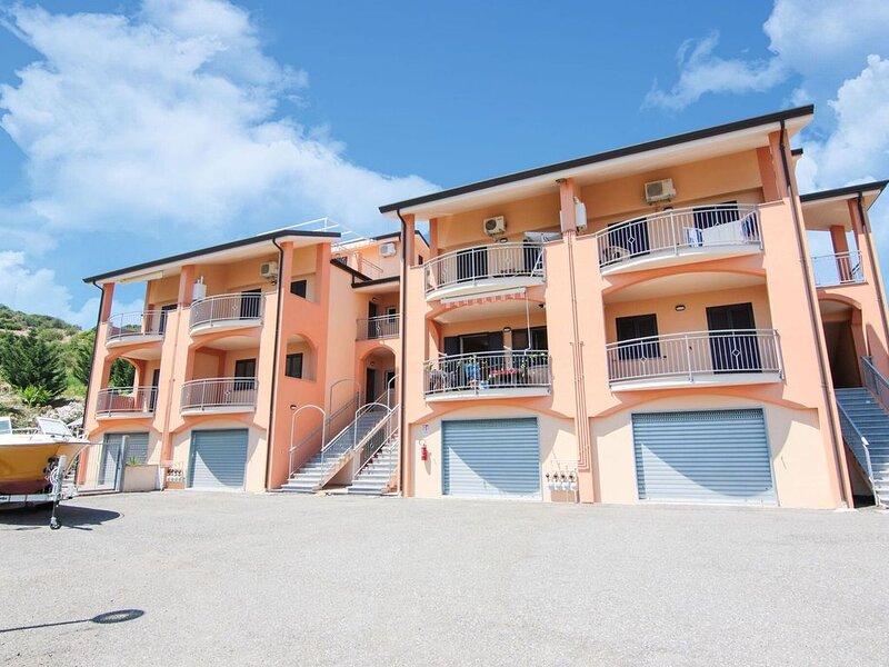 Simplistic Apartment in Marina di Mandatoriccio with Pool, vakantiewoning in Pietrapaola