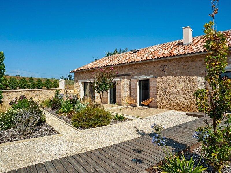 Rich Villa in Fouleix with Pool, Bar and Hot Tub, casa vacanza a Saint-Felix-de-Villadeix