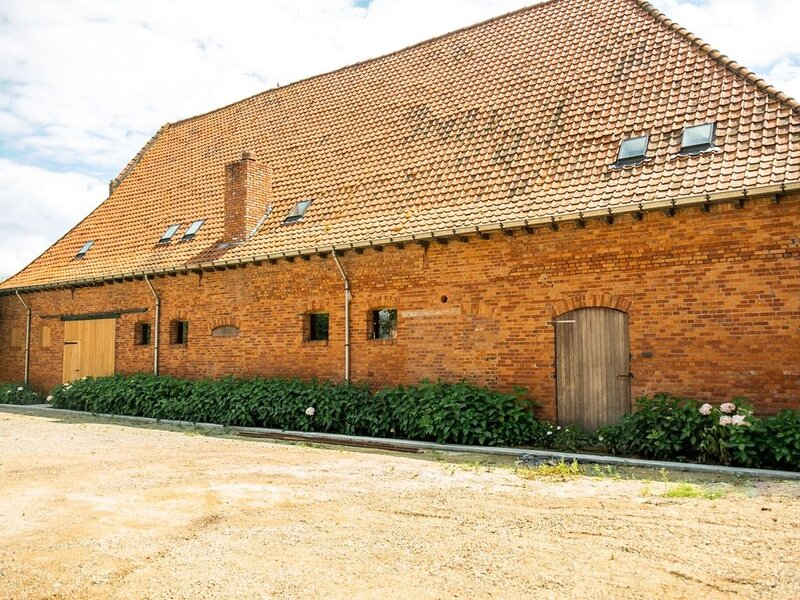 Alluring Farmhouse in Moorslede with Private Swimming Pool, alquiler de vacaciones en Roeselare