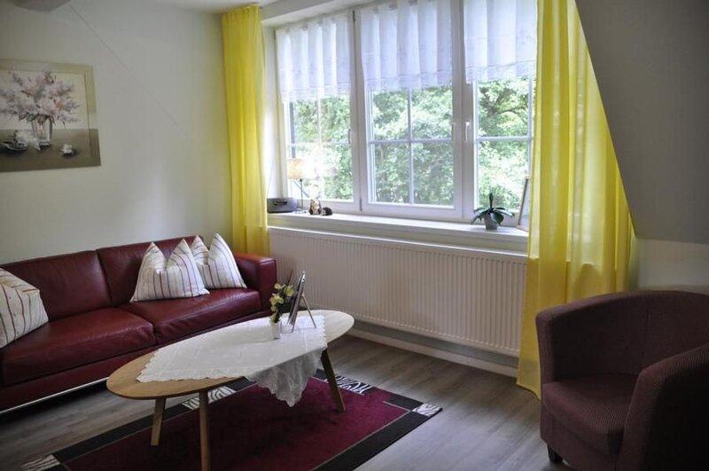 """Wohnzimmer mit Blick auf die """"Große Wildbahn""""."""
