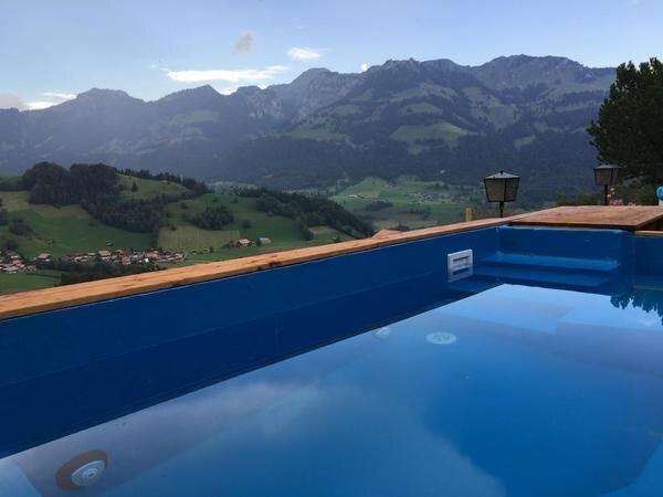 Ein herrlicher Ausblick von unserem neuen Pool aus auf die Stockhornkette.
