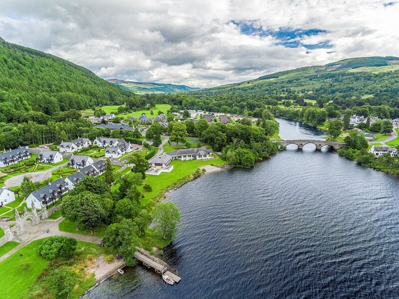 Gorgeous Cottage with Private Balcony | Along Loch Tay + Shared Indoor Pool, alquiler vacacional en Lawers