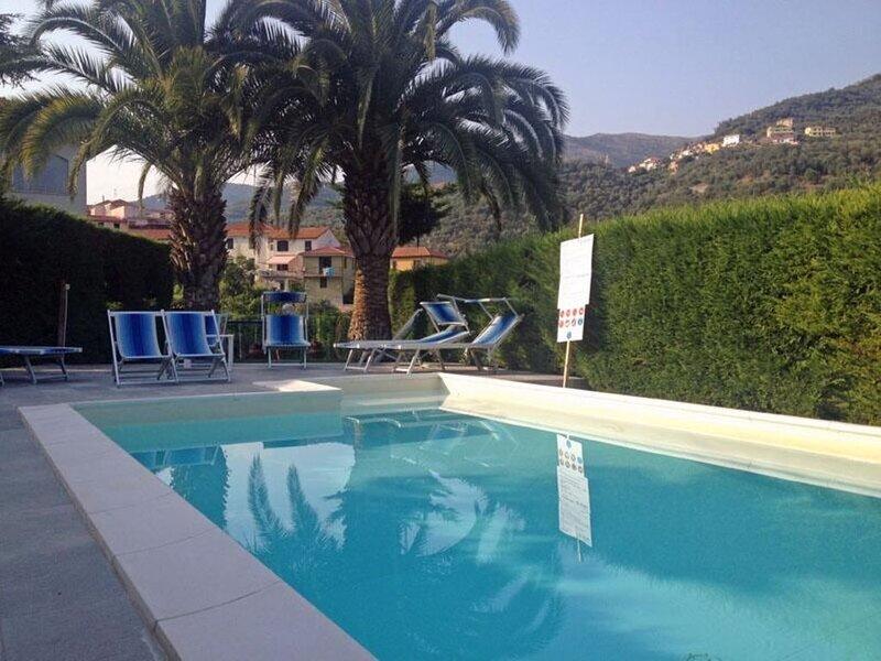 Gedeelte van een villa met zwembad., location de vacances à Caravonica