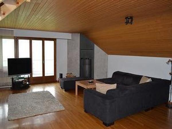 Wohnzimmer mit Sofa und Speicherofen