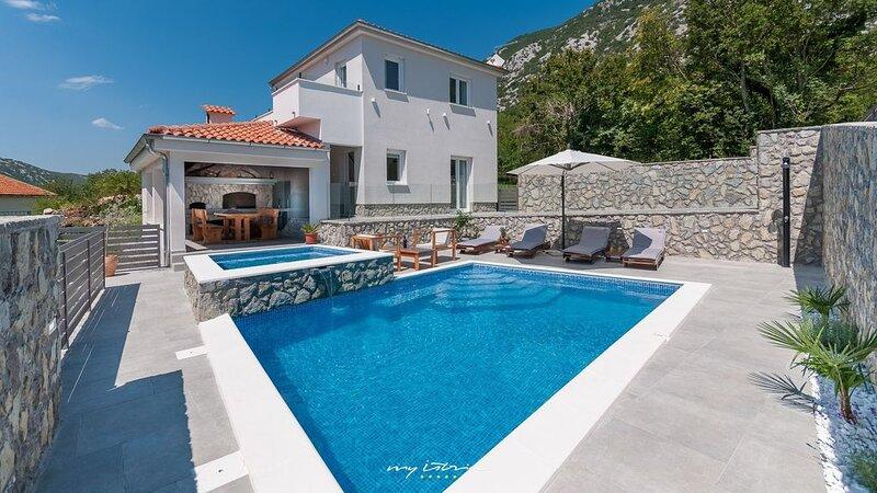 Family villa near Crikvenica with private pool, location de vacances à Zlobin
