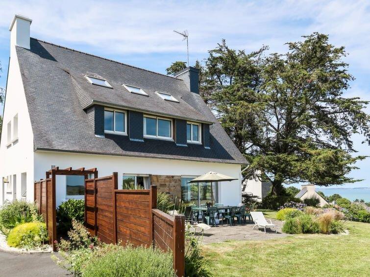 Vacation home in Plestin - les - Grèves, Côtes d'Armor - 12 persons, 6 bedrooms, alquiler vacacional en Locquirec