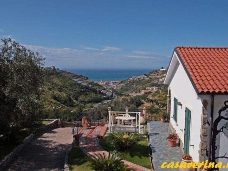 Vakantiehuis met 3 appartementen met eigen tuin met zeezicht en zwembad!, aluguéis de temporada em Taggia