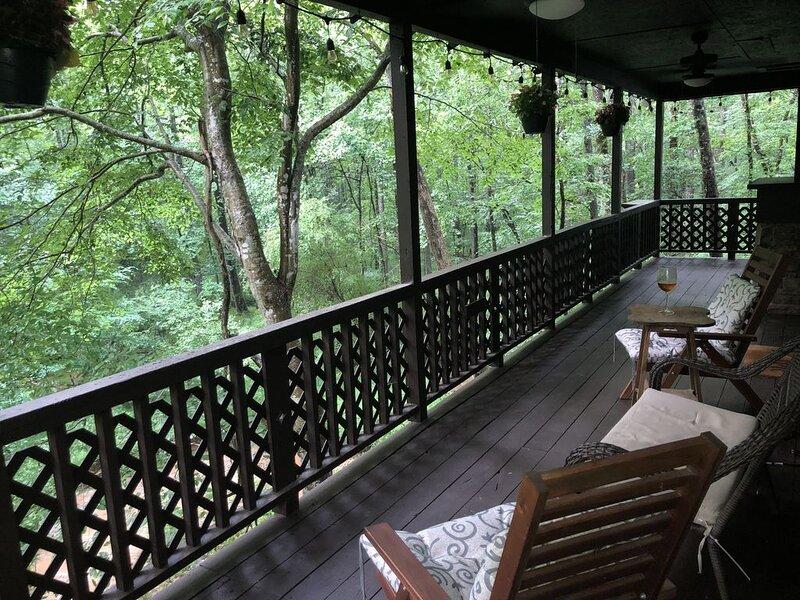 Wine Country Cabin nestled in the the Georgia Mountains of Dahlonega, aluguéis de temporada em Dahlonega
