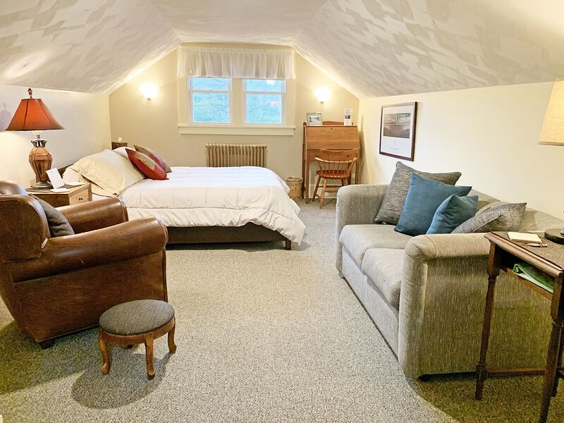 The Village Nook, efficiency, private entrance, easy walk downtown Saranac Lake, holiday rental in Bloomingdale
