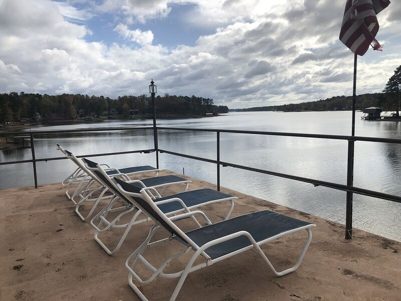 Island Creek Getaway + Rooftop Patio with Gorgeous Lake & Sunset Views!, vacation rental in Milledgeville