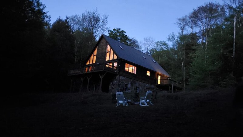 Secluded modern log cabin with charming private water fall on 12 acres!, casa vacanza a Rockland