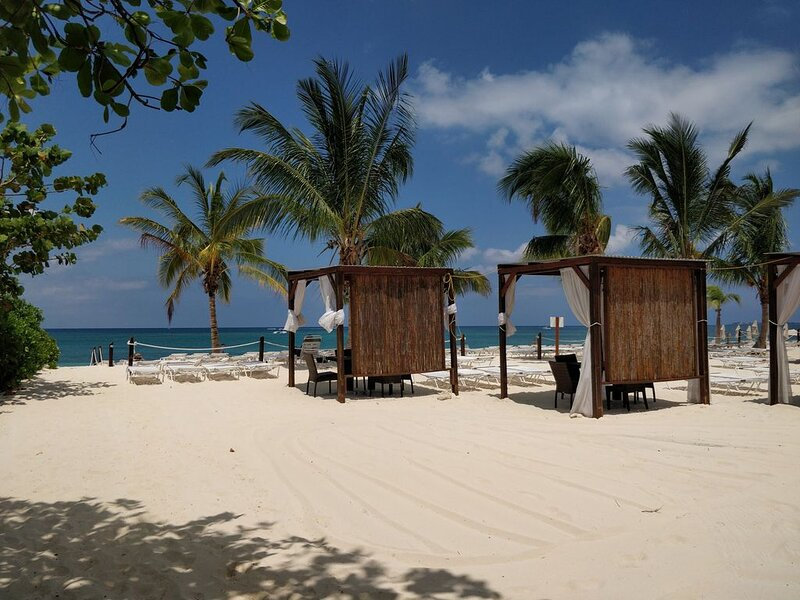 Centrally Located On Seven Mile Beach And On The Doorstep Of Camana Bay., vacation rental in George Town