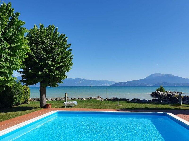 Casa Lugana 1 - Monolocale con giardino e piscina davanti al lago vicino al cent, holiday rental in Sirmione