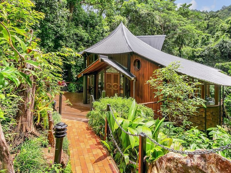 The Treehouse - 10minutes to city, private creek!, alquiler vacacional en Redlynch