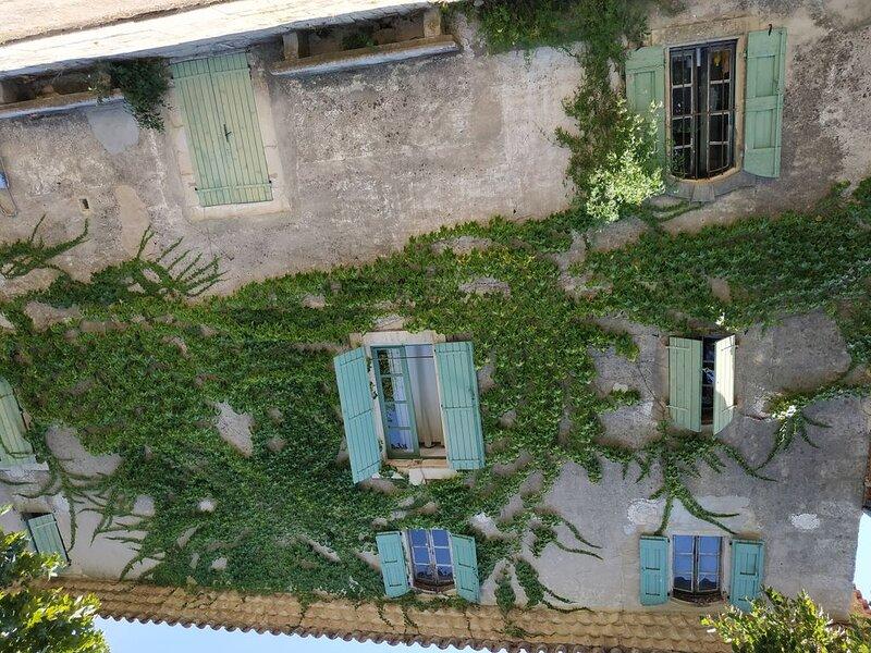 Appartement, vue magnifique sur la vallée du Vidourle, piscine, tennis, holiday rental in Cannes-et-Clairan