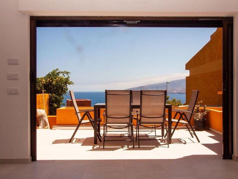 Minimalist style townhouse with ocean view, location de vacances à Radazul