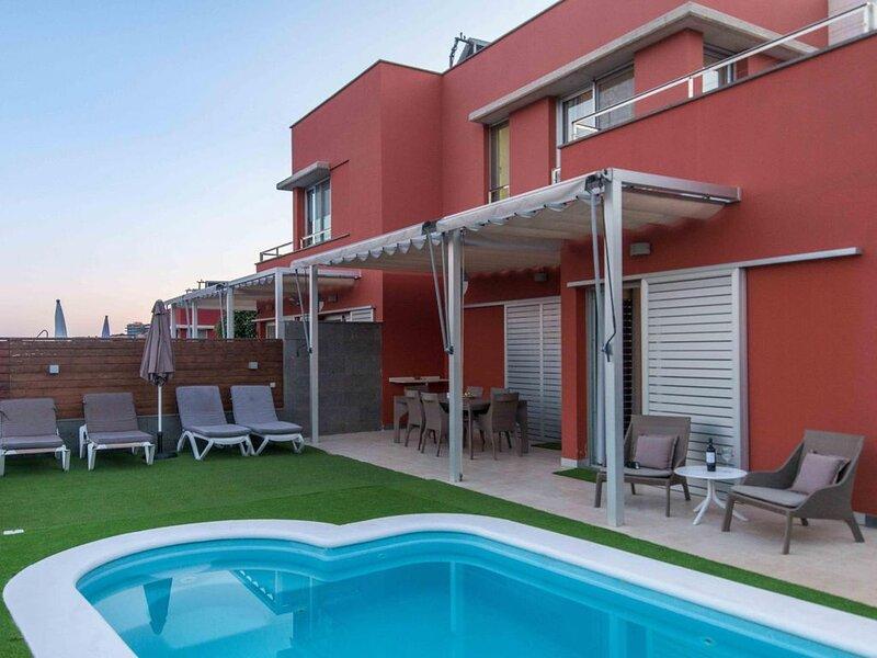 Villa en campo de golf con piscina privada by Lightbooking, aluguéis de temporada em San Bartolome de Tirajana
