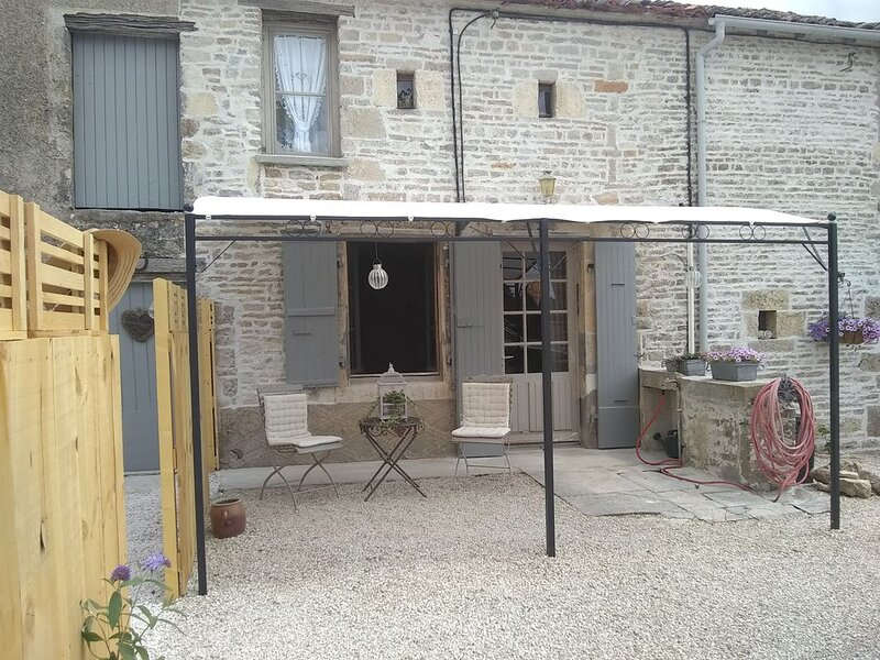 Cosy Maison is a relaxing cottage in a pretty and  quiet charente village, vacation rental in Aigre