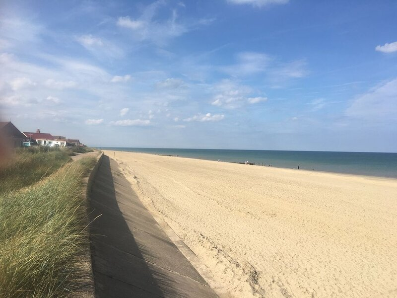 Recently refurbished 3 bedroom home by the sea, perfect for families or friends, location de vacances à Bacton