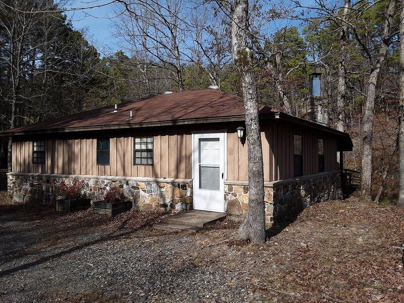 Beautiful Rustic Cabin, ATV Trails, Creek, alcohol & smoke-free environment., aluguéis de temporada em Mena