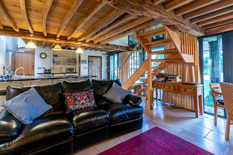 Converted barn in the Cotswolds countryside. Dog friendly and self check in avai, vacation rental in Wotton-under-Edge