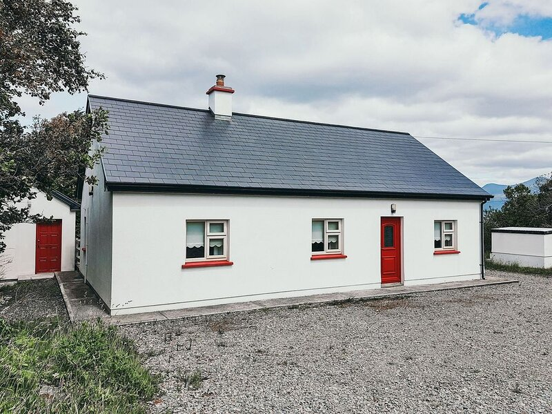 Quaint 3 bedroom cottage beside the sea in Connemara, vakantiewoning in Tully
