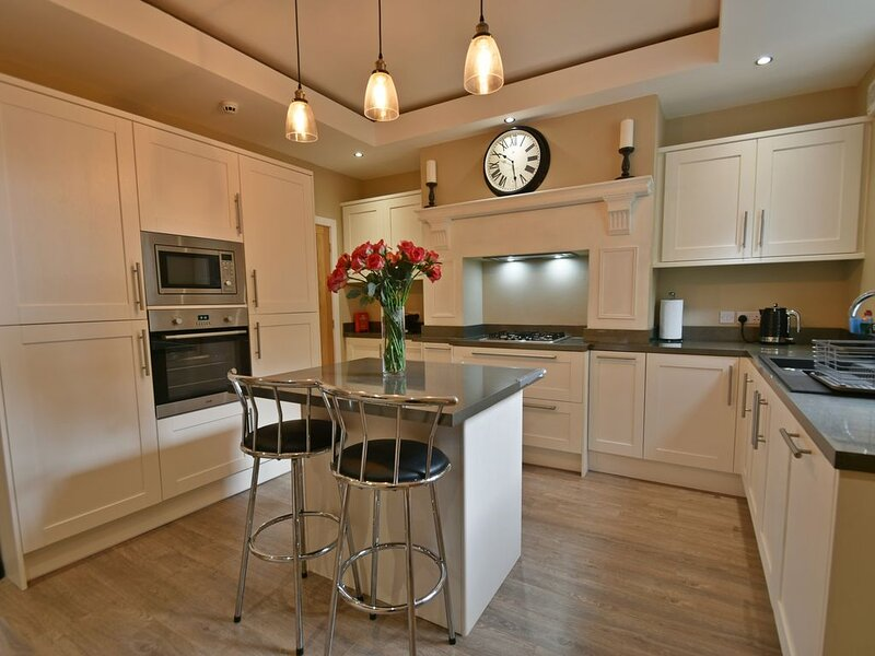 Luxury - 4 bed & bathroom - Centre of Burnley, holiday rental in Fence