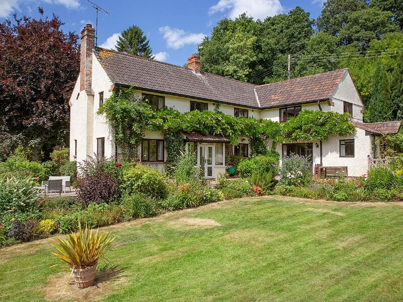 This cottage is a 4 bedroom(s), 2.5 bathrooms, located in West Monkton, Somerset, holiday rental in Huntworth