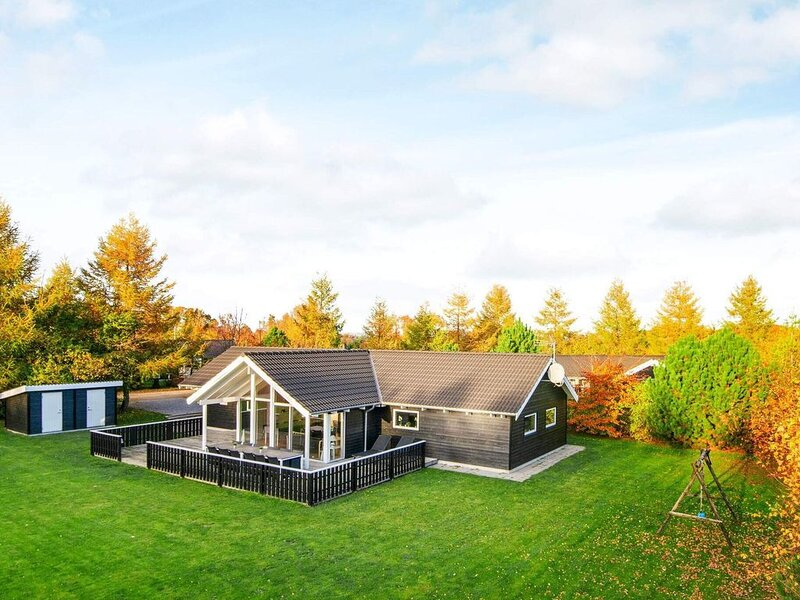 Sprawling Holiday Home in Glesborg with Whirlpool, holiday rental in Skovgaarde