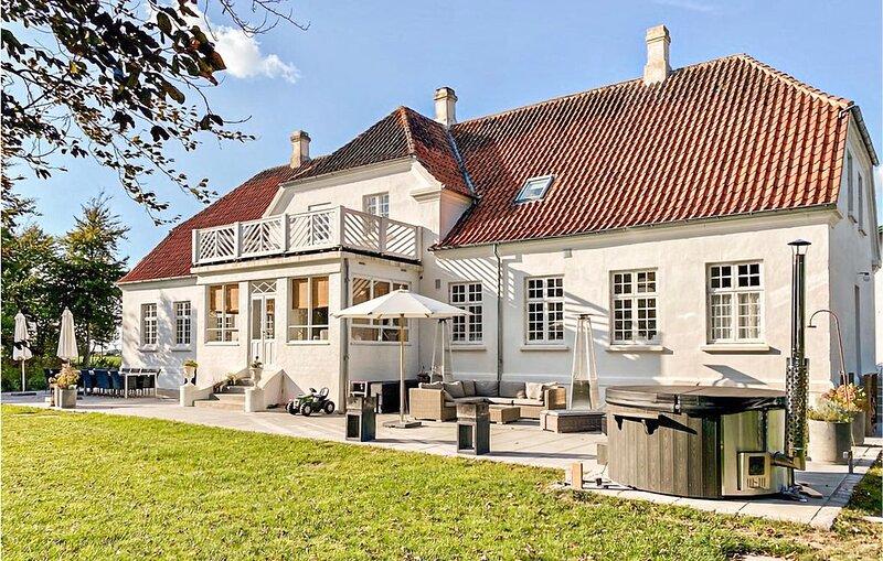 Schöner Gutshof im Parklandschaft, holiday rental in Lolland