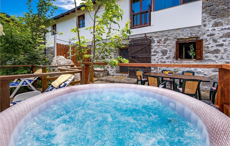 4 Zimmer Unterkunft in Jezerane, holiday rental in Otok Ostarijski