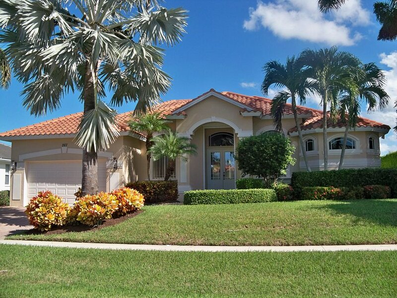 Lovely Marco Island Home On The Water With Pool - Sleeps 10!, alquiler de vacaciones en Goodland