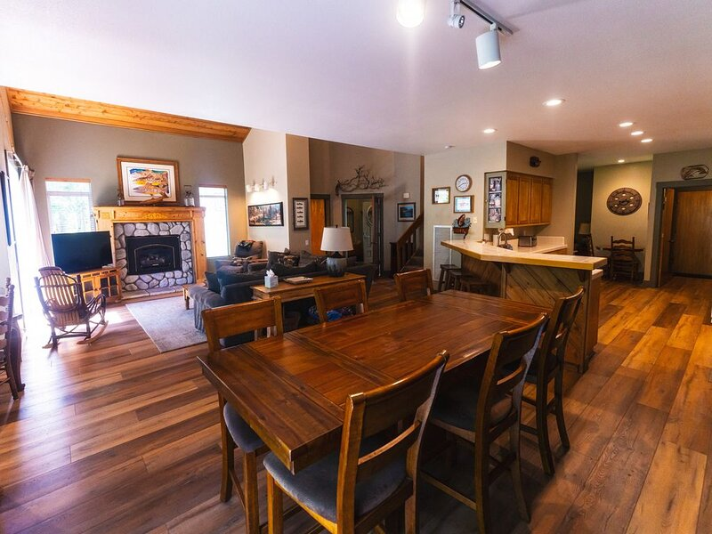 Large Luxury Townhome - 4 Bedroom - 3.5 Bath - in Snowcreek 4 -  (BTC # 7382), holiday rental in Mammoth Lakes