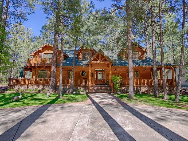 ONE OF A KIND CUSTOM CABIN ON THE FAIRWAY OF THE PINETOP LAKES GOLF COURSE!!, location de vacances à Pinetop-Lakeside