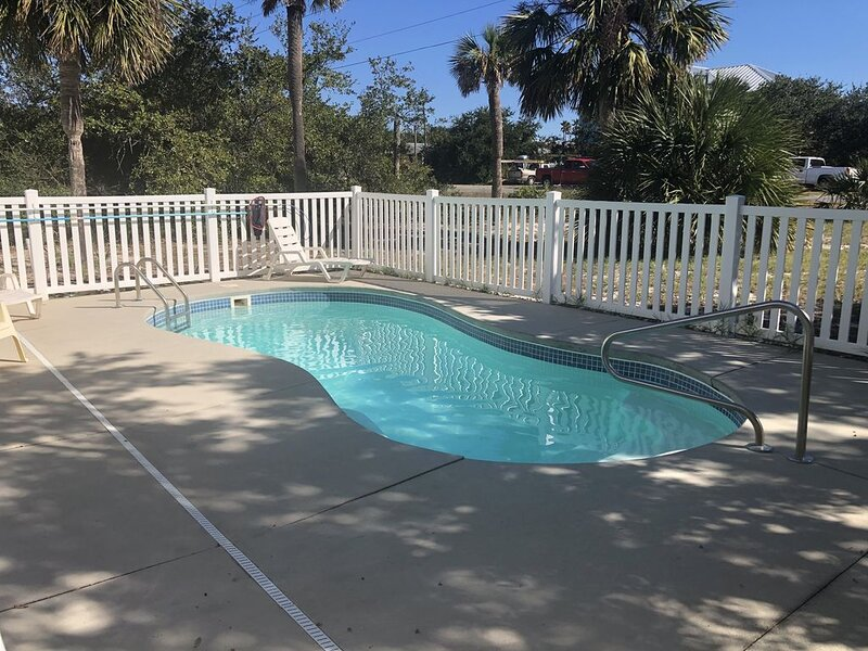 Studio Sea! Old Florida Cottage with Private Pool!  1 blk to the Beach! Pets Ok!, location de vacances à Eastpoint