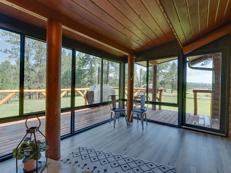 One Level Log Home on 3.5 Acres, Beautiful Views, Newly Updated, location de vacances à Custer