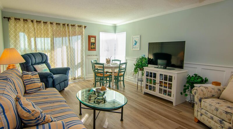 Upgraded Pet Friendly Beach Condo with Breathtaking Views!, holiday rental in Harbor Island