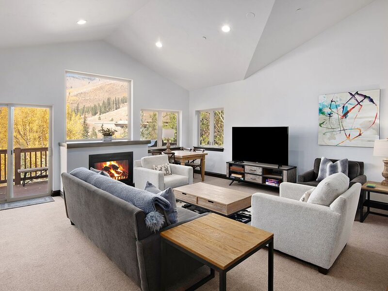 Nicest Condo in East Vail, Newly Remodeled, Pool open in July, Free Shuttle, location de vacances à Vail