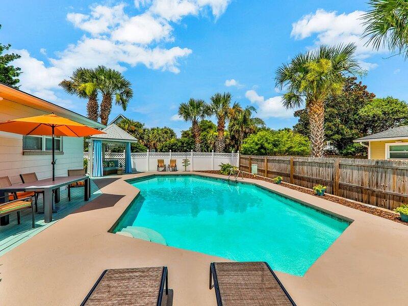 Newly renovated beach house w/ private pool, walk the beach!, alquiler vacacional en Jacksonville Beach