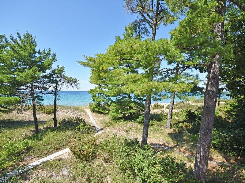 Beautiful Views of Lake Michigan from 2BR/2BA Beachfront Condo in Glen Arbor!, location de vacances à Glen Arbor