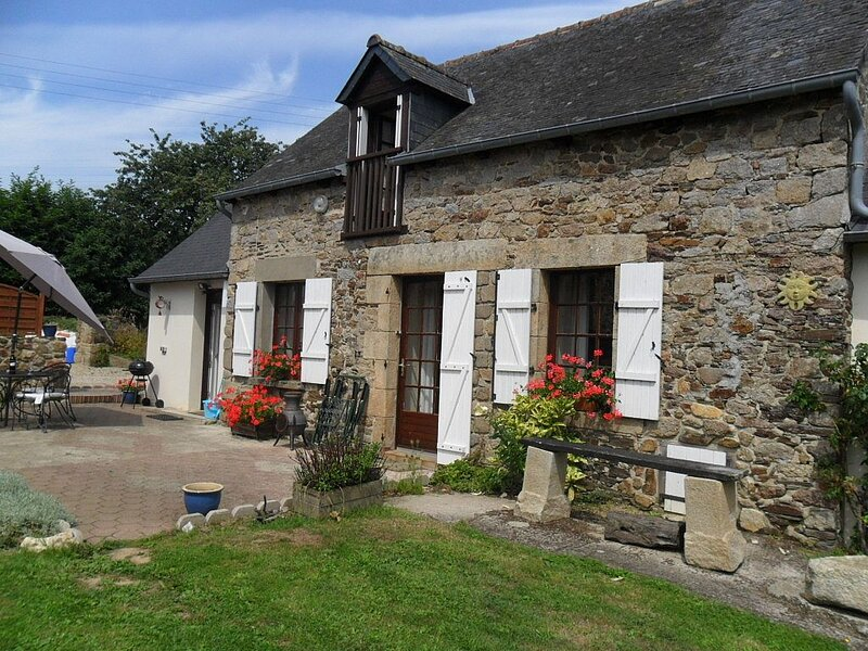 Two Bedroomed Stone Cottage, holiday rental in Pledeliac