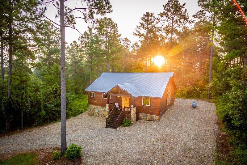 Luxury honeymoon cabin, Couples or Small family, Hot tub, Sleeps 4, location de vacances à Pickens