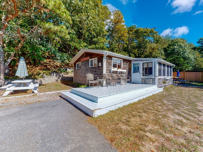 Petite beach home overlooking Follins Pond w/ central A/C and private gas grill!, vacation rental in South Dennis