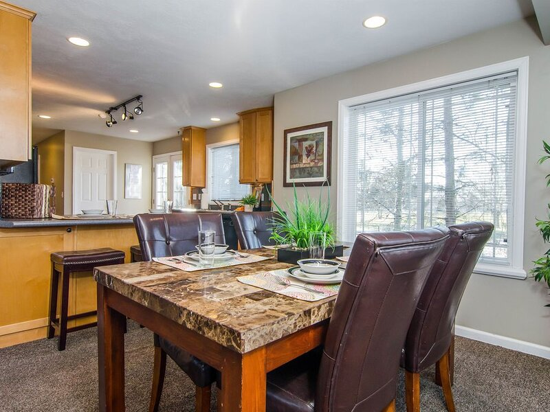 Gorgeous Secluded Parkside Home! Private Hot Tub • Foosball • Park • BBQ, alquiler vacacional en Cottonwood Heights