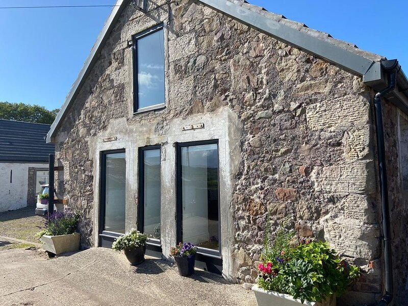 *New - Stylishly converted Dairy Parlour/cottage on rural farm, holiday rental in Langbank