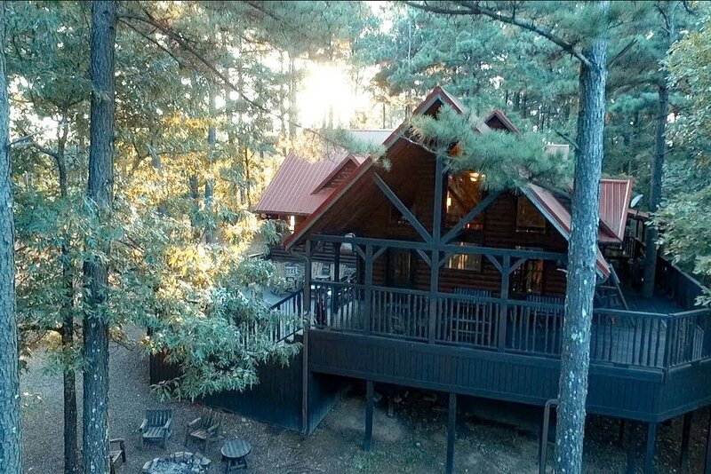 Family cabin on 4 acres, hot tub, Sleeps 12 *Weekday Special*, location de vacances à Pickens