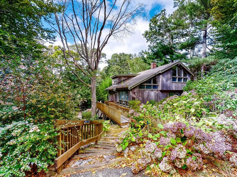 Eclectic home  w/ outdoor patio, close to golf and the beach!, holiday rental in Woods Hole