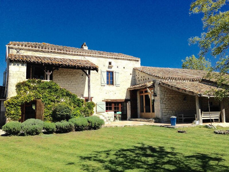 Bijou Barn with Sophisticated Charm.  Peaceful Retreat for Four. Secluded Pool., location de vacances à Sérignac