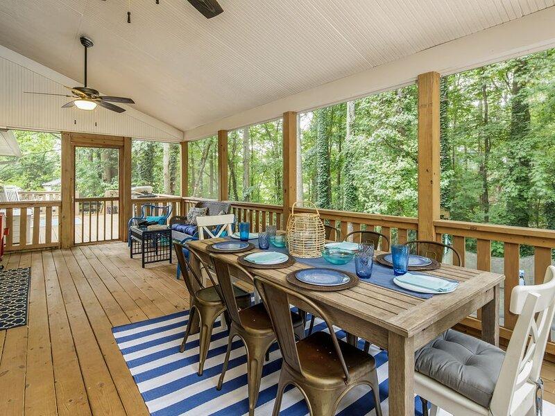 The Lake Life! Renovated Cottage + Party Dock + Fire Pit + Game Room + Loft, location de vacances à Gillsville